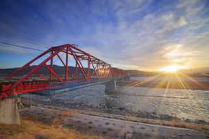別所線の千曲川橋梁と夕日の写真素材 [FYI04787159]