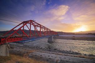 別所線の千曲川橋梁と夕焼けの写真素材 [FYI04787160]