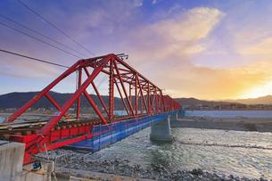 別所線の千曲川橋梁と夕焼けの写真素材 [FYI04787165]