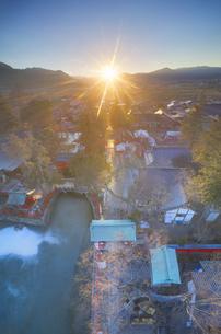 生島足島神社のレイライン上の夕日と独鈷山などの山並みの写真素材 [FYI04787189]