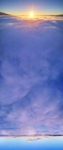 下之郷から望む雲海と朝日の俯瞰パノラマとブロッケン現象の写真素材 [FYI04787194]