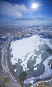 結氷した山田池と独鈷山の写真素材 [FYI04787221]