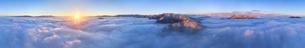 十観山から望む浅間山などの山と雲海と朝日の全周パノラマの写真素材 [FYI04787225]