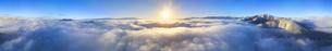 十観山から望む浅間山などの山並みと雲海と朝日のパノラマの写真素材 [FYI04787229]