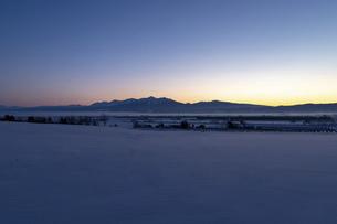 北海道冬の風景 夜明けの十勝岳連峰の写真素材 [FYI04787323]