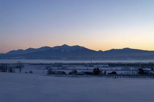北海道冬の風景 夜明けの十勝岳連峰の写真素材 [FYI04787324]