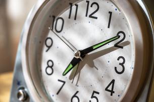 置き時計の針と文字盤の写真素材 [FYI04787359]