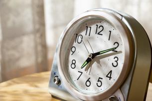 朝の光を浴びる置き時計の写真素材 [FYI04787361]