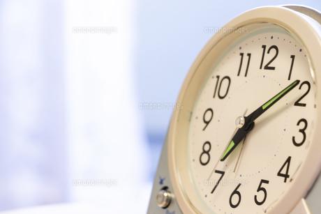 置き時計の文字盤と針の写真素材 [FYI04787537]
