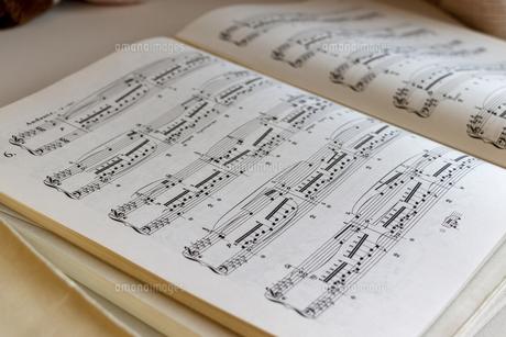 楽譜を開くの写真素材 [FYI04787551]