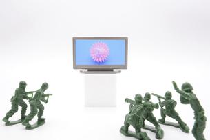 テレビの中のコロナウイルスに立ち向かう兵士の写真素材 [FYI04787605]