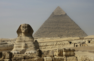 ギザ スフィンクスとピラミッドの写真素材 [FYI04787625]