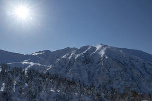 北海道 十勝岳連峰の冬の風景の写真素材 [FYI04787669]
