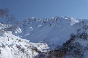 北海道 十勝岳連峰の冬の風景の写真素材 [FYI04787670]