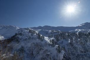 北海道 十勝岳連峰の冬の風景の写真素材 [FYI04787671]