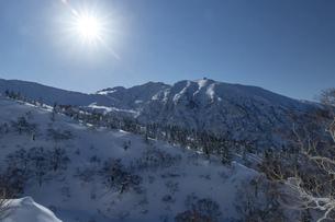 北海道 十勝岳連峰の冬の風景の写真素材 [FYI04787690]