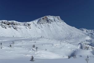 北海道 十勝岳連峰の冬の風景の写真素材 [FYI04787696]