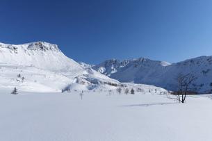 北海道 十勝岳連峰の冬の風景の写真素材 [FYI04787697]