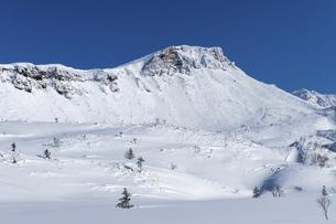 北海道 十勝岳連峰の冬の風景の写真素材 [FYI04787700]