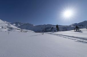 北海道 十勝岳連峰の冬の風景の写真素材 [FYI04787703]