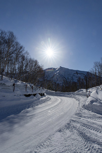 北海道 十勝岳連峰の冬の風景の写真素材 [FYI04787711]
