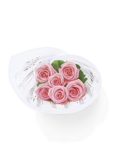 楽譜とバラの花束の写真素材 [FYI04787758]
