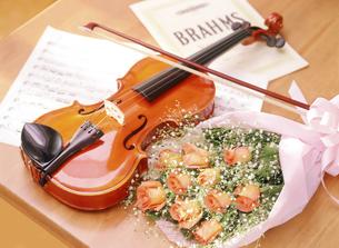 バイオリンと花束の写真素材 [FYI04787760]