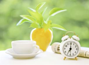 目覚まし時計とコーヒーカップの写真素材 [FYI04787769]