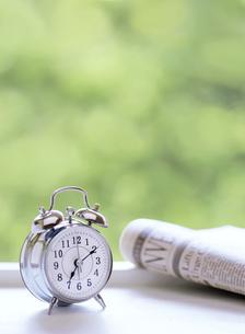 目覚まし時計と新聞の写真素材 [FYI04787772]