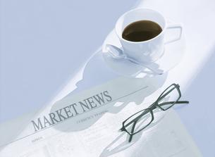 新聞とメガネとコーヒーの写真素材 [FYI04787799]