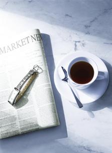 新聞とコーヒーカップの写真素材 [FYI04787801]