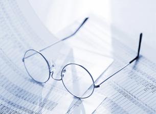 メガネとデータの写真素材 [FYI04787807]