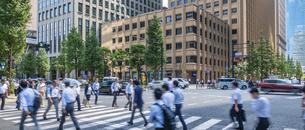 東京駅のビジネスマンの写真素材 [FYI04787885]
