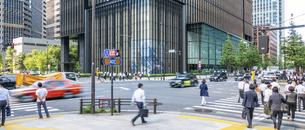 東京駅のビジネスマンの写真素材 [FYI04787892]