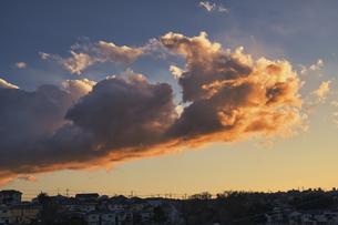 夕焼け雲の美しい都会の空の写真素材 [FYI04787960]