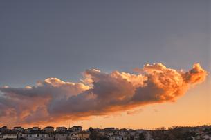 夕焼け雲の美しい都会の空の写真素材 [FYI04787964]
