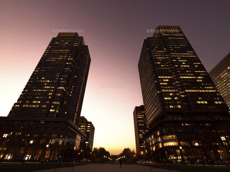 丸の内・ビジネス街の夕暮れ 東京都の写真素材 [FYI04788119]