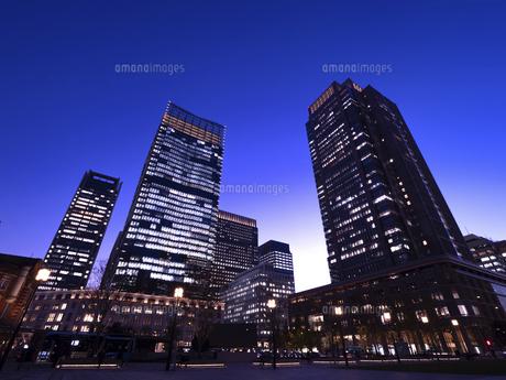 丸の内・ビジネス街の夕暮れ 東京都の写真素材 [FYI04788124]