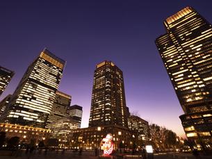 丸の内・ビジネス街の夕暮れ 東京都の写真素材 [FYI04788125]