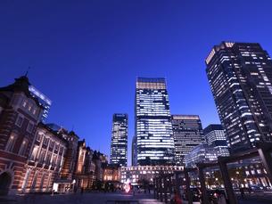 丸の内・ビジネス街の夕暮れ 東京都の写真素材 [FYI04788126]