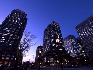 丸の内・ビジネス街の夕暮れ 東京都の写真素材 [FYI04788127]