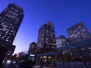 丸の内・ビジネス街の夕暮れ 東京都の写真素材 [FYI04788128]