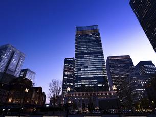 丸の内・ビジネス街の夕暮れ 東京都の写真素材 [FYI04788132]