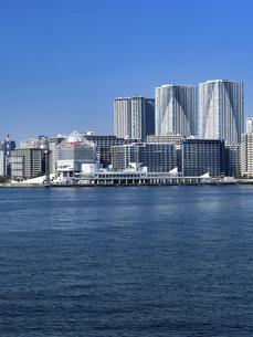 東京都 晴海客船ターミナルと高層マンション街の写真素材 [FYI04788170]