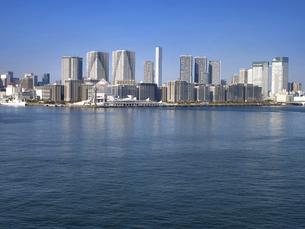 東京都 晴海客船ターミナルと高層マンション街の写真素材 [FYI04788207]