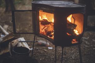 薪ストーブの焚き火。杉の森の中の冬キャンプ。の写真素材 [FYI04788558]