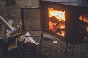 薪ストーブの焚き火。杉の森の中の冬キャンプ。の写真素材 [FYI04788561]