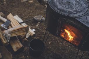 薪ストーブの焚き火。杉の森の中の冬キャンプ。の写真素材 [FYI04788574]