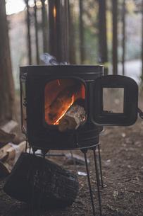 冬のキャンプ、薪ストーブで暖をとるの写真素材 [FYI04788597]