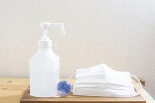 マスクと消毒液と地球。新型コロナウイルス(COVID-19)や感染症の予防対策イメージ。の写真素材 [FYI04788606]